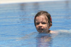 Junges Mädchen am Swimmingpool Stockbilder