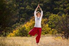 Junges Mädchen teilgenommen an Yoga Stockfoto