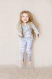 Junges Mädchen-tragendes Pyjama-Springen Stockbilder