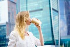 Junges Mädchen in trinkendem Kaffee in der Straße Lizenzfreie Stockbilder