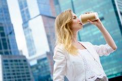 Junges Mädchen in trinkendem Kaffee in der Straße Stockfoto