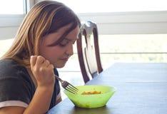 Junges Mädchen unbeeindruckt mit ihrer Nahrung Lizenzfreie Stockfotografie