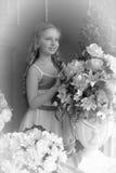 junges Mädchen und ein Vase mit Blumen lizenzfreies stockfoto