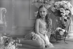 junges Mädchen und ein Vase mit Blumen stockfotos