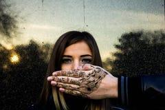 Junges Mädchen und Hand Stockfoto