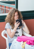 Junges Mädchen und ihre Tablette lizenzfreies stockbild