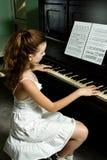 Junges Mädchen und Klavier zu Hause Lizenzfreie Stockfotografie