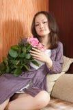 Junges Mädchen und rosafarbene Rosen Lizenzfreie Stockbilder