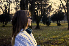 Junges Mädchen und Sonnenuntergang Stockfoto