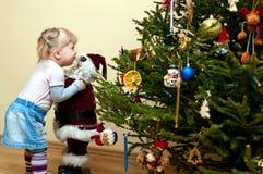 Junges Mädchen und Weihnachtsbaum Lizenzfreies Stockfoto