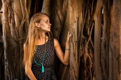 Junges Mädchen unter dem Banyanbaum stockfoto