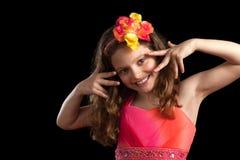 Junges Mädchen-vibrierende Kleiderhand s durch Gesicht Stockfotos