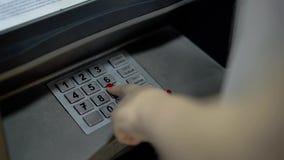Junges Mädchen wählt einen Stift vom ATM stock video