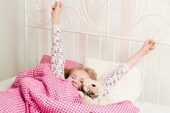 Junges Mädchen wacht morgens auf Stockfotos