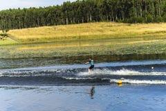 Junges Mädchen-Wasserskifahren Lizenzfreies Stockfoto