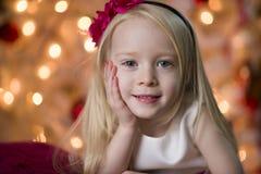 Junges Mädchen Weihnachtslächeln Lizenzfreies Stockfoto