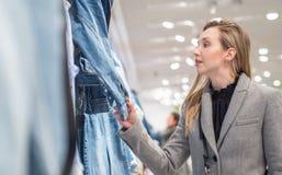 Junges Mädchen, welches das Einkaufen in einem Speicher tut lizenzfreie stockfotografie
