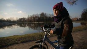 Junges Mädchen, welches das Fahrrad reitet stock footage