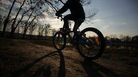 Junges Mädchen, welches das Fahrrad 5 reitet stock video