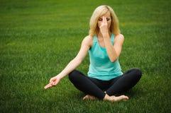 Junges Mädchen, welches das Yoga im Freien tut Stockfoto
