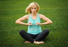 Junges Mädchen, welches das Yoga im Freien tut Stockfotos