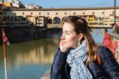 Junges Mädchen, welches die Ansicht von Ponte Vecchio in Florenz genießt Lizenzfreie Stockbilder