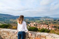 Junges Mädchen, welches die Ansicht von San Gimignano genießt Lizenzfreie Stockbilder