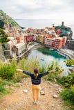 Junges Mädchen, welches die Ansicht von Vernazza in Cinque-terre genießt Stockfotos