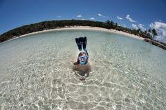 Junges Mädchen, welches die Aufstellung wie Meerjungfrau mit gebogenem Weitwinkelhorizont schnorchelt lizenzfreie stockbilder