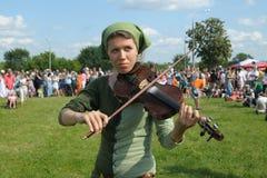 Junges Mädchen, welches die Violine spielt Stockfoto