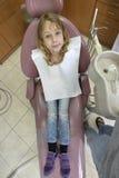 Junges Mädchen am Zahnarzt ` s Stockfotos