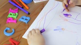Junges Mädchen zeichnet mit Filzstiften stock video
