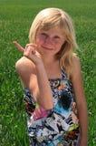 junges Mädchen zeigt einen Finger Stockbild