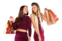 Junges Mädchen zwei mit der Einkaufstasche, die sich schaut Lizenzfreies Stockfoto