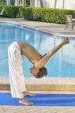 Junges männliches übendes Yoga Stockbilder