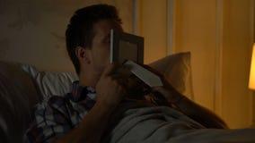 Junges männliches küssendes Foto mit Freundin, Verfehlung geliebt, Geschäftsreise stock video footage