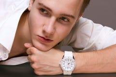 Junges männliches Modell in den Armbanduhren Stockfoto