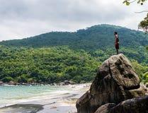 Junges männliches Schauen zum Horizont Dschungel Brasilien stockbilder