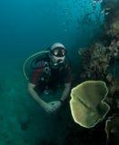 Junges männliches Unterwasseratemgerättaucherportrait Stockbild