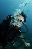 Junges männliches Unterwasseratemgerättaucherportrait Stockfotografie