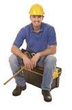Junges mantool sitzen auf Werkzeugkasten Stockfotos