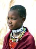 Junges Masaimädchen im Trachtenkleid und im Schmuck Lizenzfreie Stockbilder