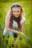 Junges Mädchen auf dem Weizengebiet Stockfotos