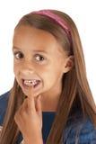 Junges Mädchen, das auf verlorenen Zahn in ihrem Mund zeigt Stockfoto
