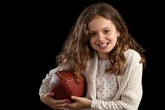 Junges Mädchen, das Fußball anhält Lizenzfreie Stockbilder