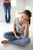 Junges Mädchen in der Mühe mit ihrer Mutter Stockfoto