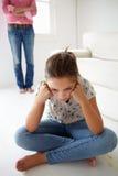 Junges Mädchen in der Mühe mit Mutter Lizenzfreie Stockfotografie