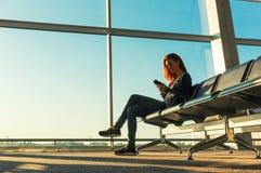 Junges Mädchen an der Stationswartehalle Lizenzfreie Stockfotos
