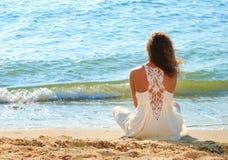 Junges Mädchen in einem weißen Kleid auf Strand Lizenzfreies Stockfoto