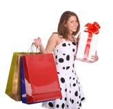 Junges Mädchen mit Geschenkbeutel und Geschenkkasten. Lizenzfreies Stockbild